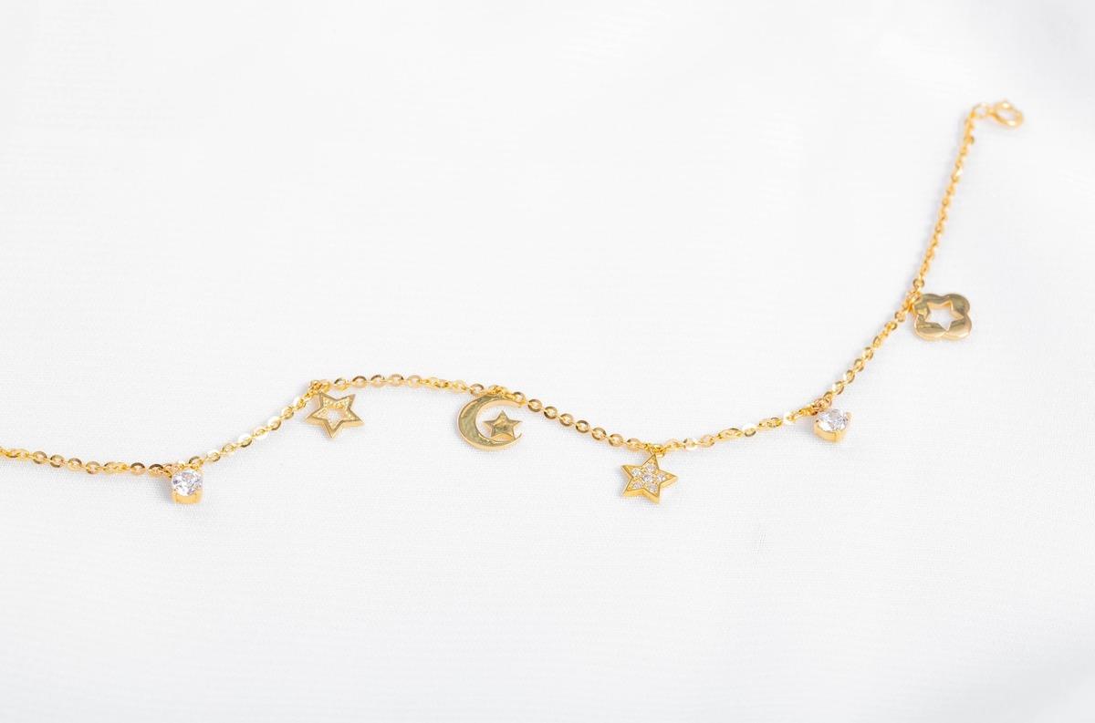 Lắc tay vàng DOJI 14K 0819B-LAL321 có giá 3,045 triệu đồng, giảm 30% trên Shop VnExpress. Lắc có thiết kế trẻ trung với điểm nhấn là các charm nhỏ hình mặt trăng và ngôi sao có đính đá. Chiều dài lắc có thể điều chỉnh tùy theo cỡ cổ tay.