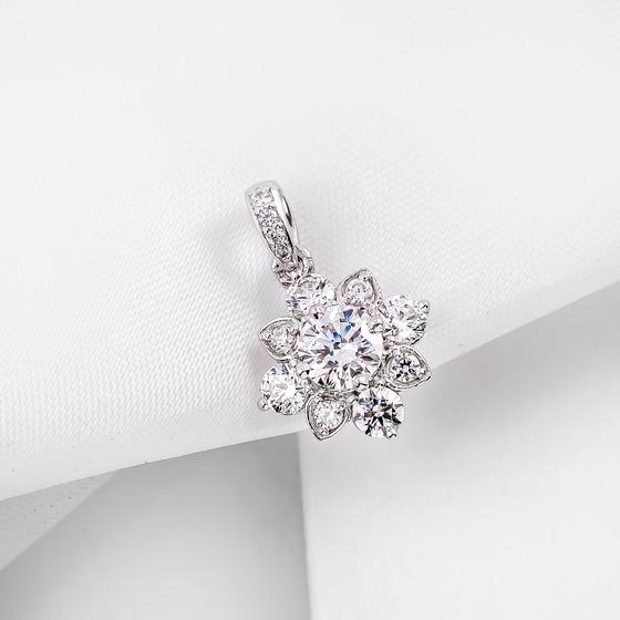 Với những nàng thích trang sức kim cương, mặt dây chuyền vàng trắng 10K DOJI 0120P-PAL451 sẽ là lựa chọn phù hợp. Sản phẩm được gắn đá SCZ cao cấp với khối lượng 1,868 carat. Mặt dây có giá 1,554 triệu đồng, giảm 30% so với giá gốc.