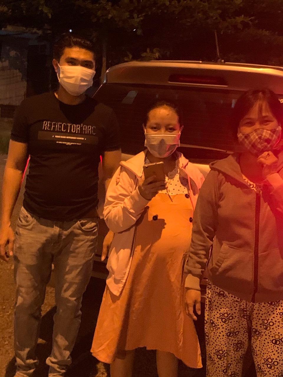 Tối 6/8, vì không có tài xế ở gần nên anh Ngô Hoàng Phong dù đang chịu tang bố cũng kịp thời hỗ trợ một mẹ bầu có dấu hiệu sinh ở phường Nại Hiên, quận Sơn Trà đến bệnh viện. Ảnh: Hoàng Phong.