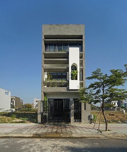 Căn nhà nhìn từ bên ngoài. Ảnh: Nguyễn Cường.
