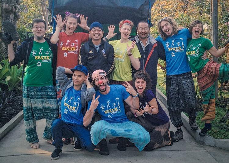 Nguyễn Anh Tuấn (hàng dưới, ngoài cùng bên trái) cạnh bạn bè khắp nơi trên thế giới cùng tham gia dự án Street arts for street kids. Ảnh: Nhân vật cung cấp.