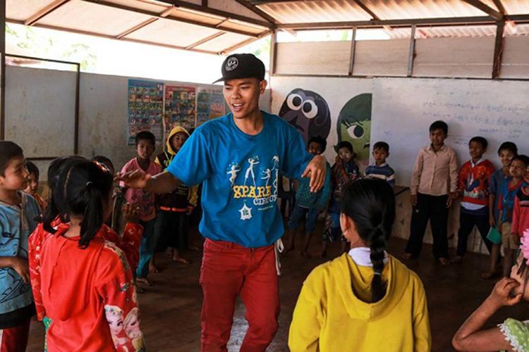 Nguyễn Anh Tuấn trong chuyến đi đến vùng tị nạn ở Thái Lan năm 2018 trong dự án Street arts for street kids, dạy hip hop và xiếc cho trẻ em nghèo khắp Đông Nam Á. Ảnh: Nhân vật cung cấp.