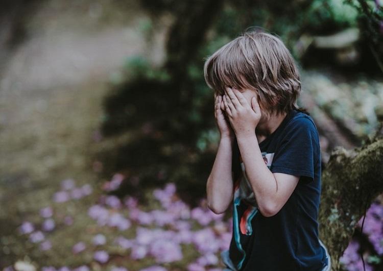 Cha mẹ quá nghiêm khắc gây nên những tổn thương khó lường với trẻ. Ảnh: Unplash.