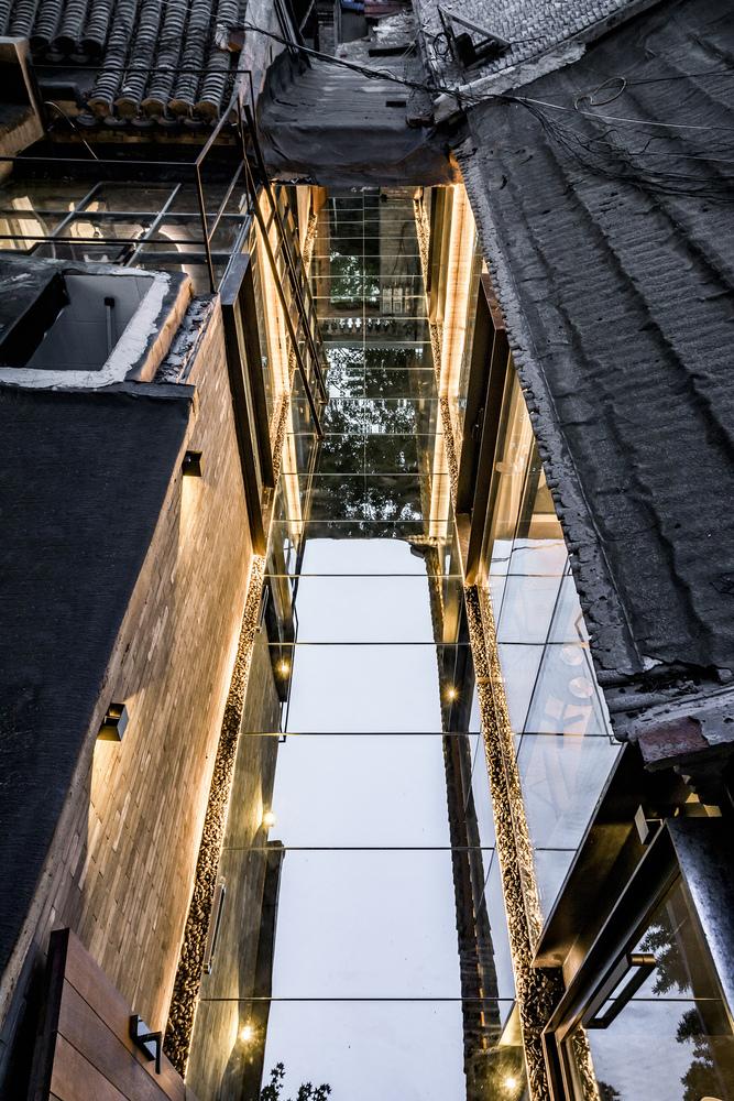 Các tấm gương phản chiếu hình ảnh cây cối, bầu trời và những ngôi nhà xung quanh. Ảnh: Weiqi Jin.