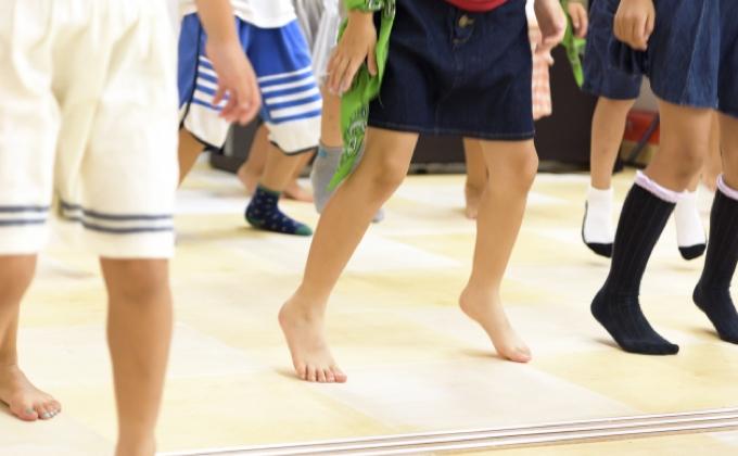 Trẻ em Nhật được khuyến khích đi chân trần trên bãi biển, bãi cỏ, đi bộ trên cát, hay các tấm ván gỗ được đặt an toàn trong trường học. Ảnh: Aboluowang.