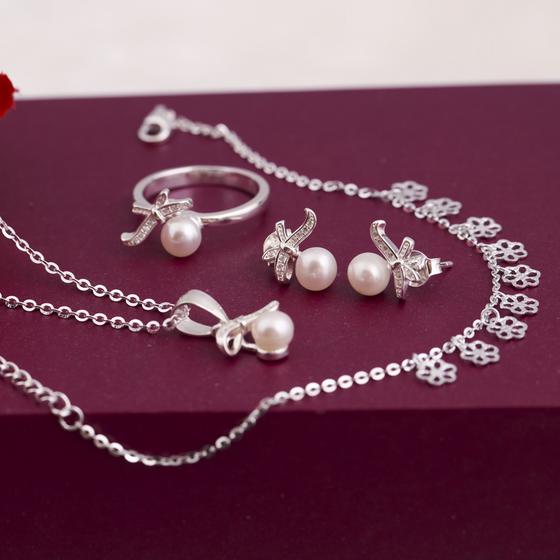 Opal - Bộ dây chuyền bạc đính ngọc trai hình nơ xinh_t7 750.000đ (-40%)Chất liệu bạc 925 và ngọc trai tự nhiên_ Xuất xứ Việt NamMón trang sức tinh xảo, tỉ mỉ trong từng chi tiết, những viên ngọc trai và đá ross được Opal thiết kế đưa vào sản phẩm đẹp đến khó cưỡng, dù bạn là người trầm tĩnh hay cá tính năng động đều có thể sở hữu món trang sức độc đáo này. Chất liệu an toàn cho làn da của bạn.
