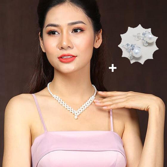 Chuỗi vòng cổ ngọc trai tự nhiên cao cấp kết chùm vuông - Squad perl (6-7 ly) CTJ4508, tặng kèm bông tai nụ 6 ly 760.000đ (-40%)Chất liệu: Ngọc Trai Nước Ngọt Tự Nhiên 6-7 ly, Khóa Bạc Ý Cao Cấp S925 (92,5%)Kích thước: 42cm+5Màu sắc: Trắng, Cam, Tím HồngPhong cách: Trẻ trung, hiện đại, đường nét mềm mại sắc sảoThiết kế: Đan điểm vuông ngọc trai xoài thanh thoát ấn tượng, Rất cá tính và cuốn hút, được chế tác tỷ mỷ sắc nétÝ nghĩa: Tượng trưng cho sự đam mê lòng kiên trì và sức sống mãnh liệt. Loại bỏ năng lượng tiêu cực, giúp thức tỉnh nghị lực tiềm tàng và khí chất tinh thầnPhù hợp với mọi sự kiện, làm quà tặng cho bạn gái, đối tác hay Cho những người phụ nữ mà bạn yêu thương
