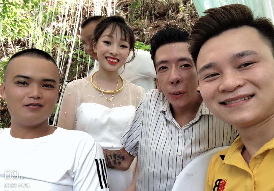 Hưng (áo kẻ) và vợ trong đám cưới ngày 10/8, với đông bạn bè chú rể tới chung vui. Ảnh: Nhân vật cung cấp.