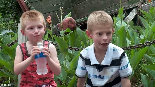 Jordan (phải) và em trai trước thời điểm em trai được nhận nuôi. Ảnh: KFOR.