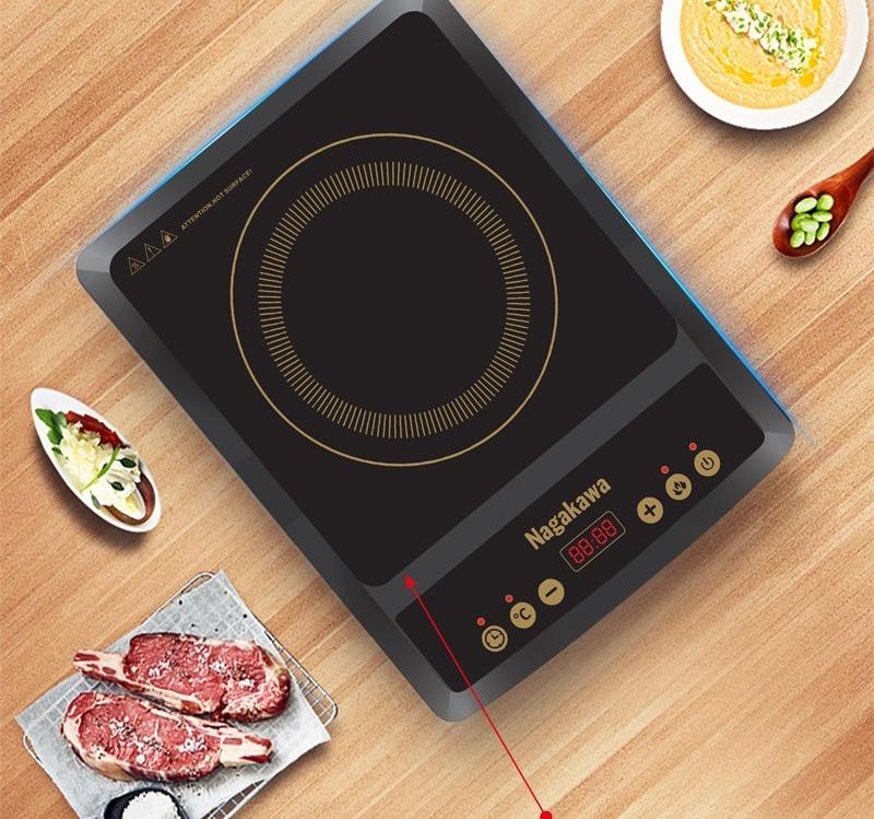 Bếp từ đơn Nagakawa NAG0706 có mặt kính chịu nhiệt cùng dàn phím bấm đa năng, có thể điều chỉnh nhiệt độ, hẹn giờ, chức năng nấu (lẩu, xào, chiên...). Bếp đi kèm một nồi lẩu inox đường kính 27 cm, vung kính chuyên dụng cho bếp từ. Bộ sản phẩm có giá 299.000 đồng.