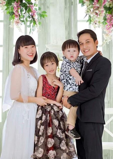 Vợ chồng chị Kim Long và anh Hoàng Nhân cùng hai con Bánh mỳ, Shushi. Mong ước lớn nhất của tôi bây giờ là mọi người đều khỏe mạnh để sống hạnh phúc và mang niềm vui đến cho mọi người, chị nói. Ảnh: Nhân vật cung cấp.