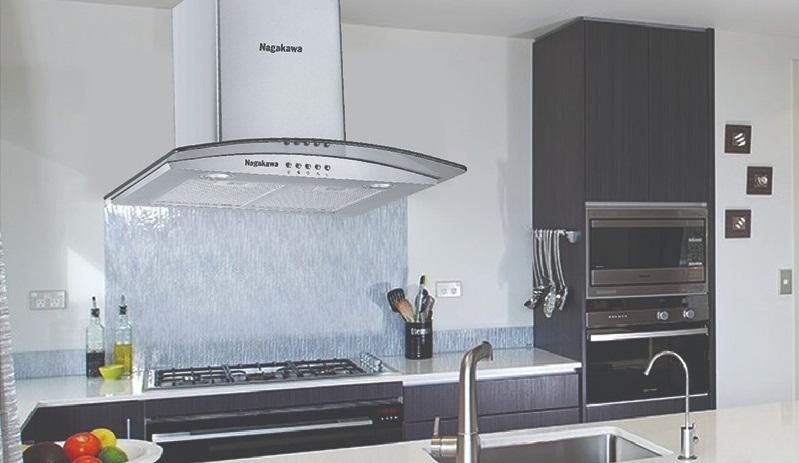 Máy hút mùi kính cong Nagakawa NAG1851 có bề ngang dài 70 cm, phù hợp với kích cỡ hầu hết các loại bếp gas âm, dương. Vỏ bên ngoài bằng inox, dễ dàng vệ sinh. Hai đèn Led chiếu sáng giúp nấu ăn dễ hơn. Tấm lọc làm bằng nhôm với động cơ ba tốc độ dễ điều chỉnh. Máy có giá giảm 36% còn 2,875 triệu đồng.