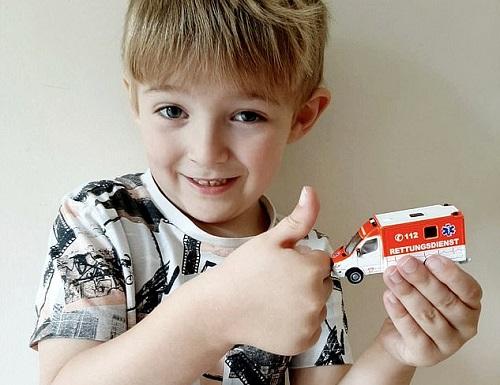 Bé Josh 5 tuổi ấn số điện thoại trên xe đồ chơi để gọi cấp cứu khi mẹ bất tỉnh. Ảnh: Calorine Chapman.