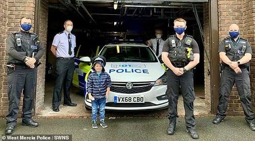 Cậu bé được mời đến đồn cảnh sát sau hành động nhanh trí và dũng cảm. Ảnh: SWNS.