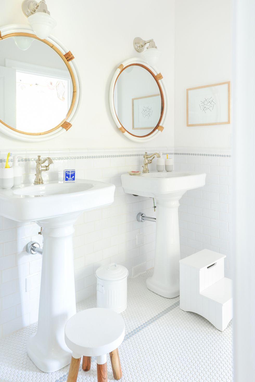 Yếu tố quan trọng nhất trong phòng tắm cho gia đình có con nhỏ là gạch lát sàn chống trơn trượt bởi trẻ nhỏ vốn tính hiếu động. Bên cạnh đó, để trẻ tự lập trong việc vệ sinh cá nhân, cha mẹ nên trang bị thêm ghế đẩu phù hợp với chiều cao và dụng cụ đánh răng nhỏ trên bồn rửa. Với hai tông màu chính là nâu và trắng cùng một số họa tiết đáng yêu, thiết kế này phù hợp cho cả gia đình sinh hoạt chung. Ảnh: Tracey Ayton