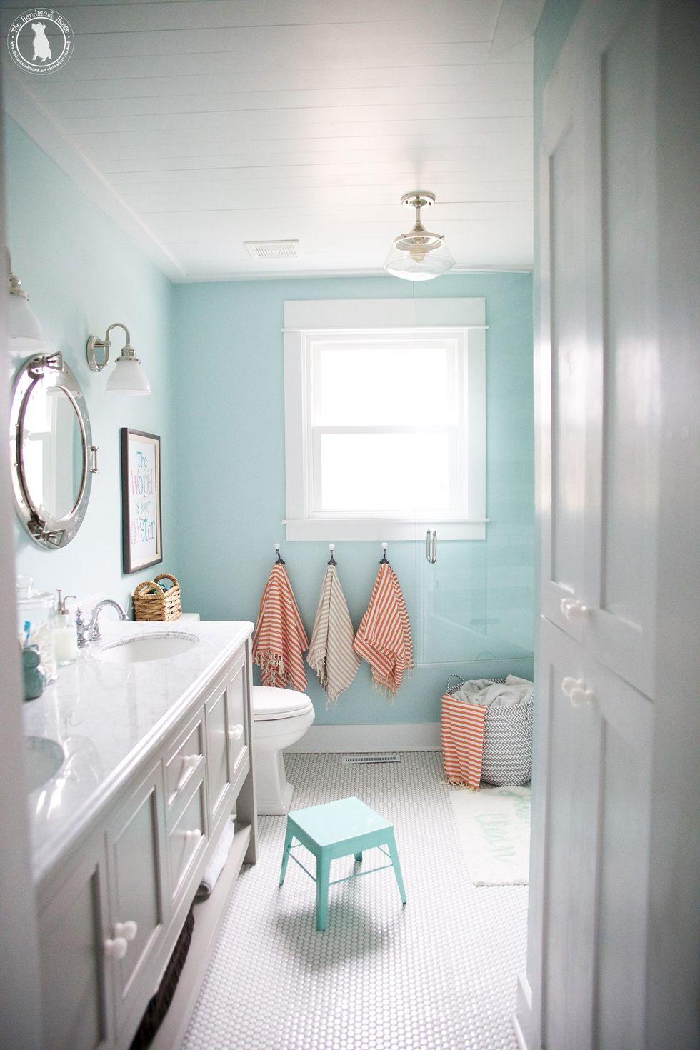 Phòng tắm nhiều màu sắc cùng những chiếc khăn tắm kẻ sáng màu sẽ thu hút trẻ nhỏ, giúp chúng hứng thứ với các hoạt động vệ sinh cá nhân hơn. Ảnh: The Handmade Home