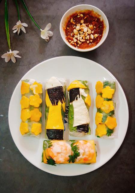 Áo dài, nón lá Việt Nam được tạo từ trứng rán, lòng trắng đỏ tách riêng. Tóc được tạo từ rong biển. Ảnh: Bùi Thủy.