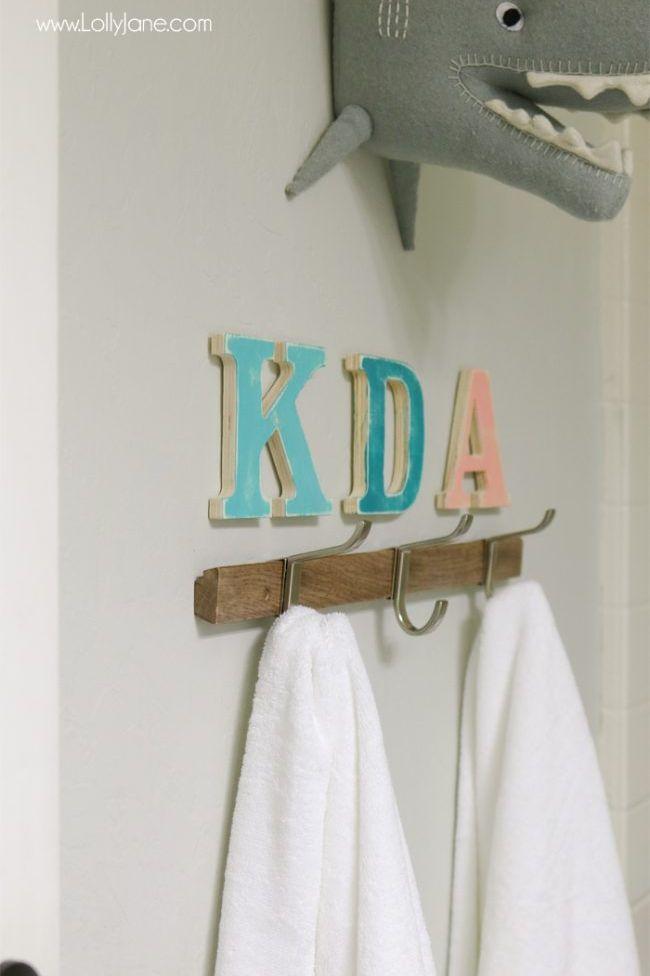 Ngoài chức năng trang trí, việc phân chia vật dụng theo tên viết tắt sẽ kích thích trẻ sử dụng chúng. Ảnh: Lolly Jane