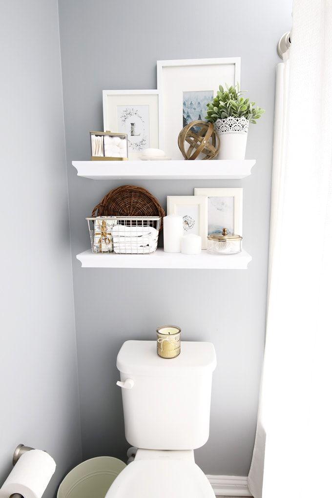 Chăm sóc trẻ cần rất nhiều dụng cụ, do đó, cha mẹ có thể sử dụng kệ treo tường để tiết kiệm diện tích sàn phòng tắm, đồng thời, lưu trữ vật dụng nguy hiểm ngoài tầm với của trẻ. Ảnh: Just a Girl and Her Blog.