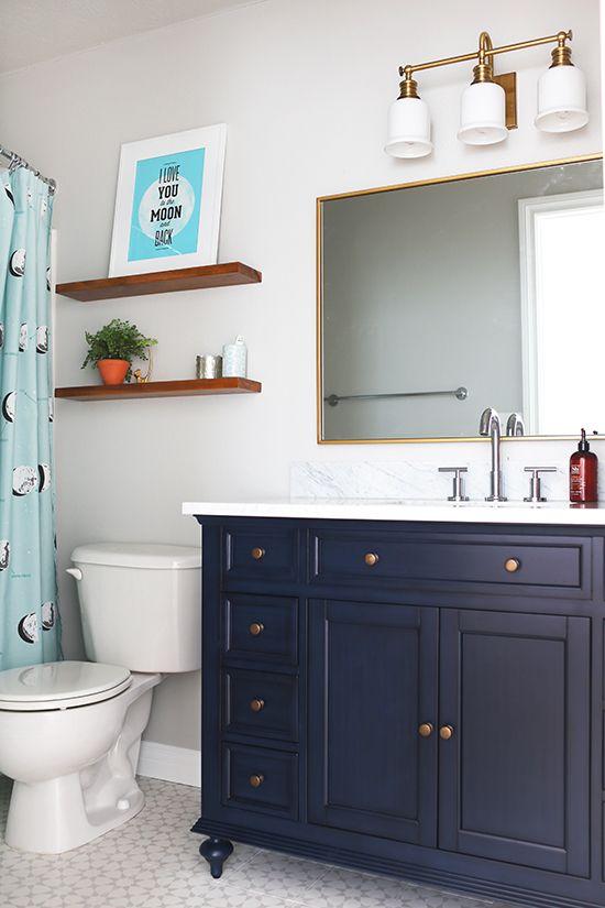 Một chiếc tủ (vanity) màu xanh navy sẽ đem tới vẻ sang trọng cho phòng tắm. Đồng thời, nó cũng mang lại nhiều công năng hữu ích như dự trữ đồ và thuận tiền tắm cho trẻ sơ sinh.