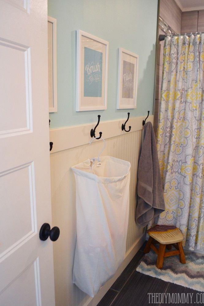 Với các bức tường trống, cha mẹ có thể lắp thêm các móc treo ở tầm thấp và trang bị thêm túi đựng đồ bẩn để tập cho trẻ thói quen ngăn nắp, dọn dẹp không gian sống. Ảnh: The DIY Mommy.