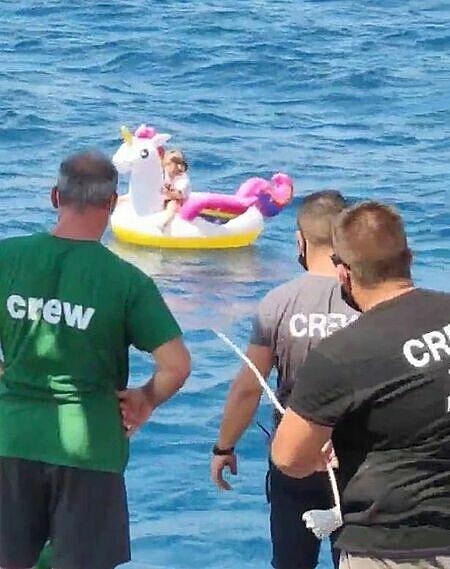 Các thủy thủ trên tàu tiếp cận gần cô bé. Ảnh: Straits Times.