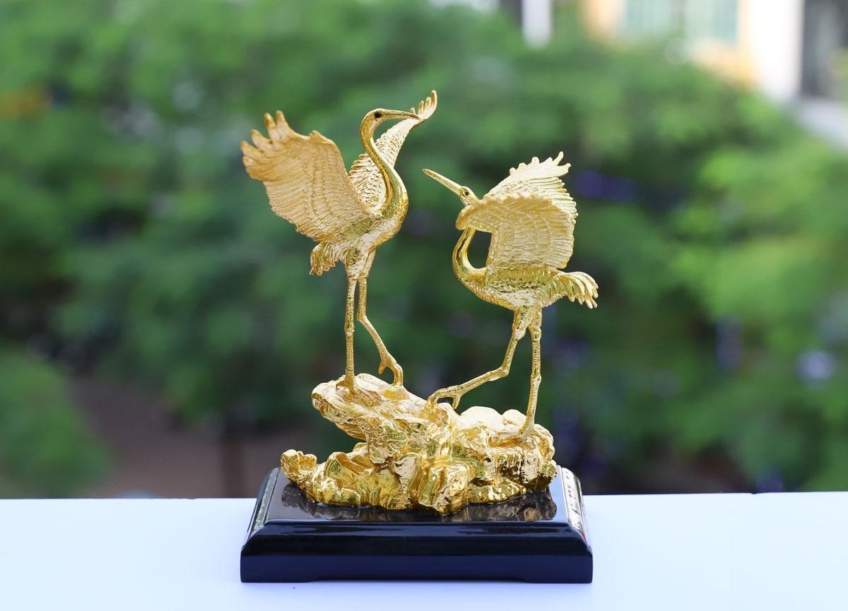 Tượng đôi hạc phúc lộc mạ vàng 24K có giá giảm 22% còn 5,1 triệu đồng (giá gốc 6,5 triệu đồng). Sản phẩm làm từ chất liệu đồng đúc nguyên khối mạ vàng 24K. Sau khi mạ vàng, sản phẩm được phủ một lớp keo bảo vệ và giúp bề mặt lớp vàng tránh các tác động từ môi trường ngoài.