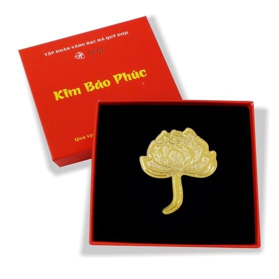 Cài áo hình bông sen trong bộ sưu tập quà tặng mỹ nghệ Kim Bảo Phúc DOJI có giá giảm 20% còn 176.000 đồng. Sản phẩm thích hợp dùng cài trên áo hoặc làm quà tặng, cấu tạo dạng mỏng, phủ vàng bên ngoài.