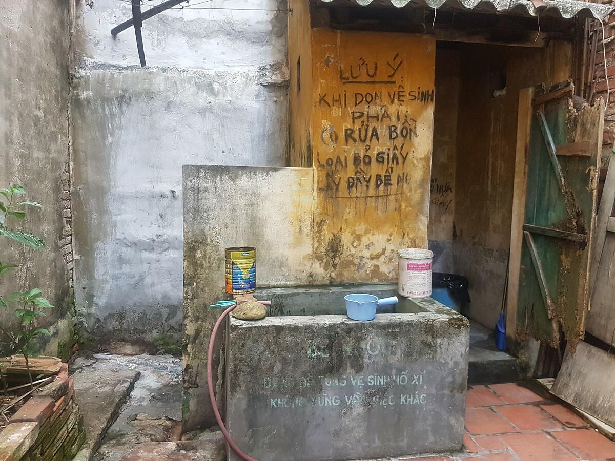 Khu vực vệ sinh chung của 8 gia đình sống tại số 28 Hàng Gà, Hoàn Kiếm, Hà Nội.