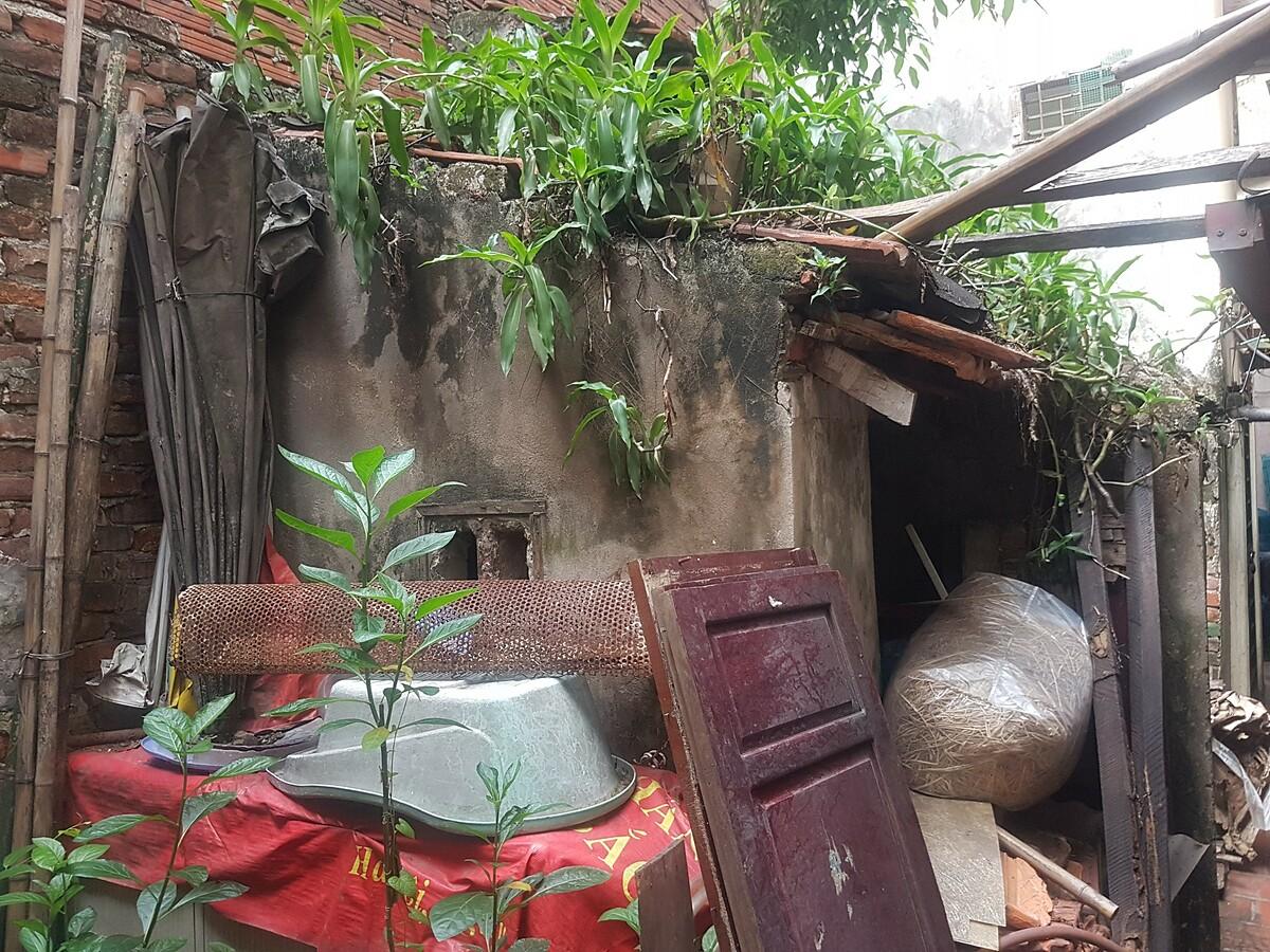 Một góc tại không gian sinh hoạt chung của 8 gia đình sống tại phố Hàng Gà.