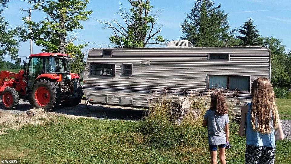 Nhà của cô bé đặt trong khuôn viên đất của gia đình, thu hút nhiều bạn nhỏ thích thú. Ảnh: Dailymail.