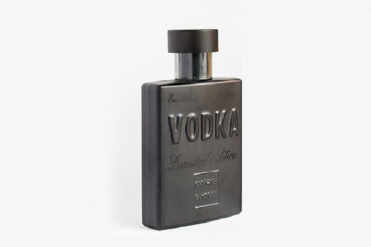 Nước hoa Vodka LMT 100 ml giá 1,17 triệu đồng; gây ấn tượng với hương đầu là mùi hương của cam quýt và hoa oải hương; hương giữa nhẹ nhàng len lỏi vào trái tim của cây mùi tây cùng cây phong lữ; kết thúc cho hành trình đầy cảm xúc của khướu giác là trên nền gỗ của cây tuyết tùng và hổ phách; phù hợp cho người đàn ông hiện đại.