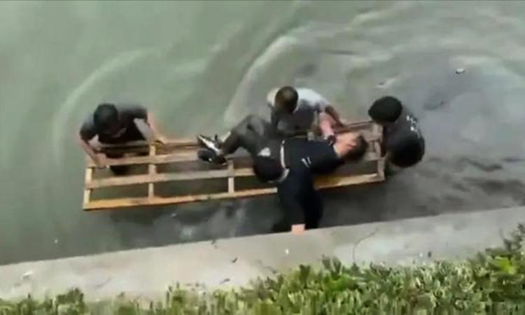 Cảnh sát Hàng Châu vớt người chồng bị vợ đuổi từ dưới sông lên. Ảnh: sohu.
