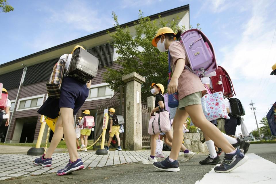 Học sinh một trường tiểu học ở Ogaki, tỉnh Gifu đến trường hôm 17/8. Ảnh: Kyodo News.
