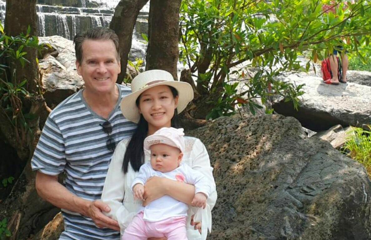 Vợ chồng anh Harvey và con gái tại thác Pongour, Lâm Đồng. Ảnh: Nhân vật cung cấp.