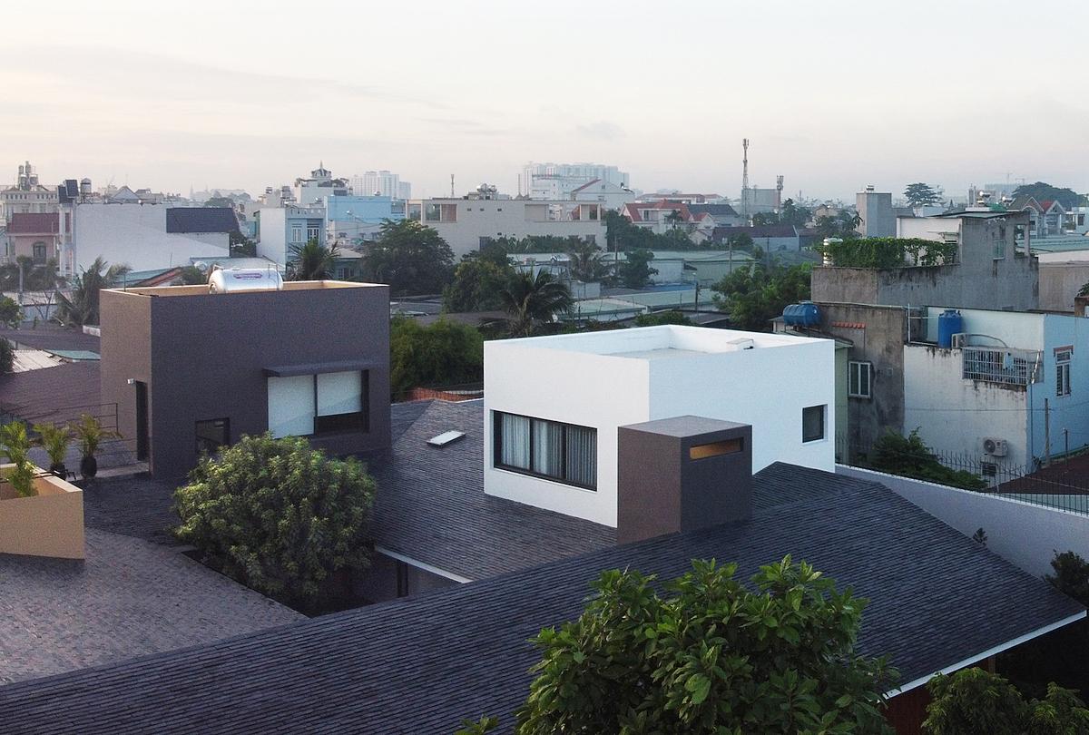 Những khối hộp hai tầng đâm xuyên mái. Ảnh: TAA Design.