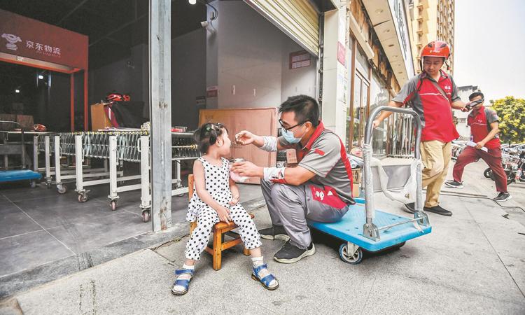 Dương Bích cho con gái ăn cháo hạt vào các buổi trưa. Ảnh: The paper.