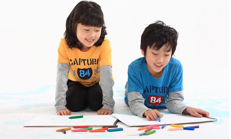 Tình bạn thân thiết khác giới ở lứa tuổi tiểu học thường phải đối mặt với nạn tẩy chay, trêu chọc của mọi người xung quanh. Ảnh minh họa.