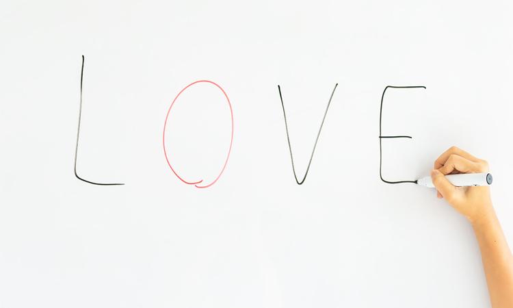 Theo chuyên gia, yêu sớm hay viết thư tình ở lứa tuổi tiểu học là những câu chuyện không hiếm ở xã hội hiện đại. Ảnh minh họa.