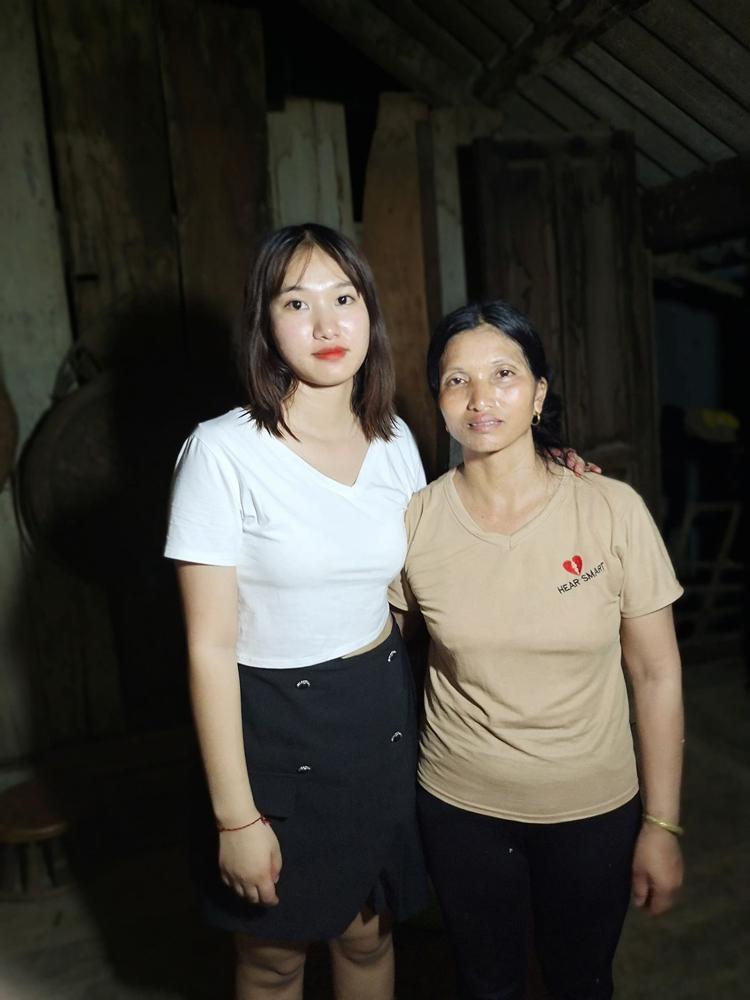 Kim và mẹ gặp lại nhau sau 9 năm xa cách. Vì thương mẹ, cô mới theo người họ hàng rồi bị lừa bán nên chị Oanh rất muốn bù đắp cho con gái, dù cuộc sống còn nhiều khó khăn. Ảnh: Cù Sĩ Ỏn.