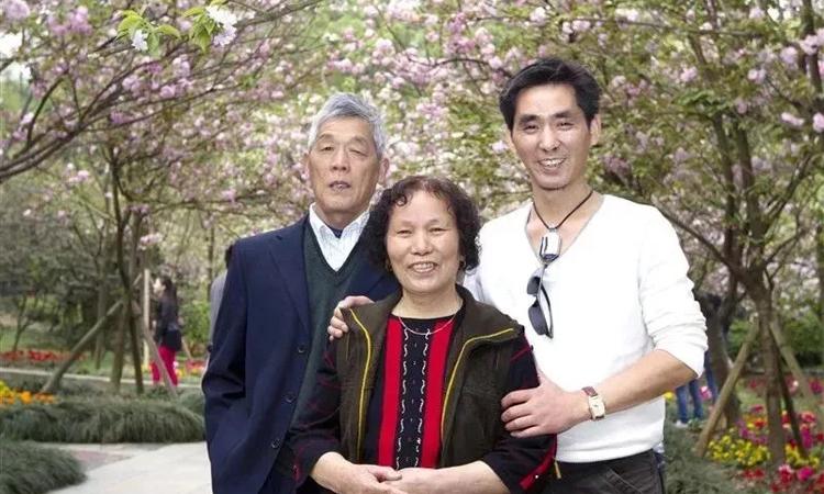 Cố Âm chụp ảnh bên ba mẹ mình khi ông Cố còn khỏe mạnh. Ảnh: huanqiu.
