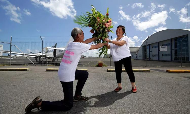 Ông Cố cầu hôn lại vợ nhân kỷ niệm 50 năm ngày cưới. Ảnh: huanquiu.