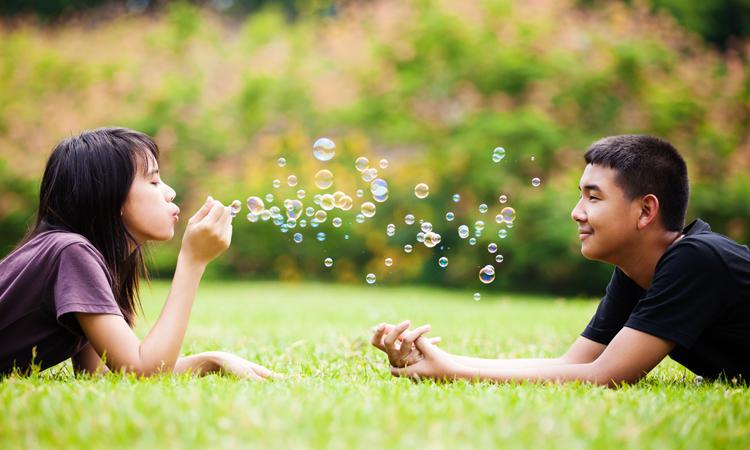 Khác với độ tuổi tiểu học, yêu ở tuổi teen là yêu hướng tới mối quan hệ cặp đôi vì các bạn đã bước vào tuổi dậy thì, cơ thể phát triển, các cảm xúc thu hút giới tính vô cùng mạnh mẽ. Ảnh minh họa.