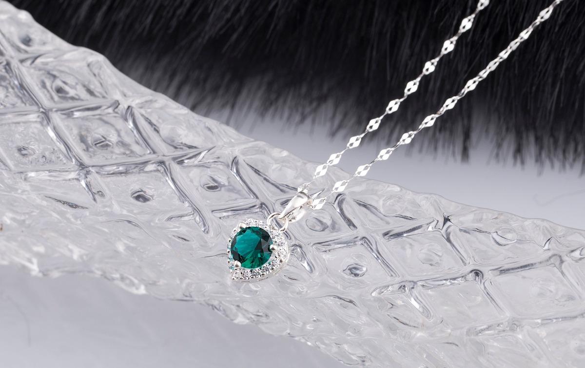 Set mặt kèm dây chuyền bạc Opal 14_10 có giá giảm 40% còn 270.000 đồng (giá gốc 450.000 đồng). Đá Ross màu xanh lục tròn, được bọc bằng viền đá trắng hình trái tim, thêm phần nữ tính, duyên dáng cho người đeo.