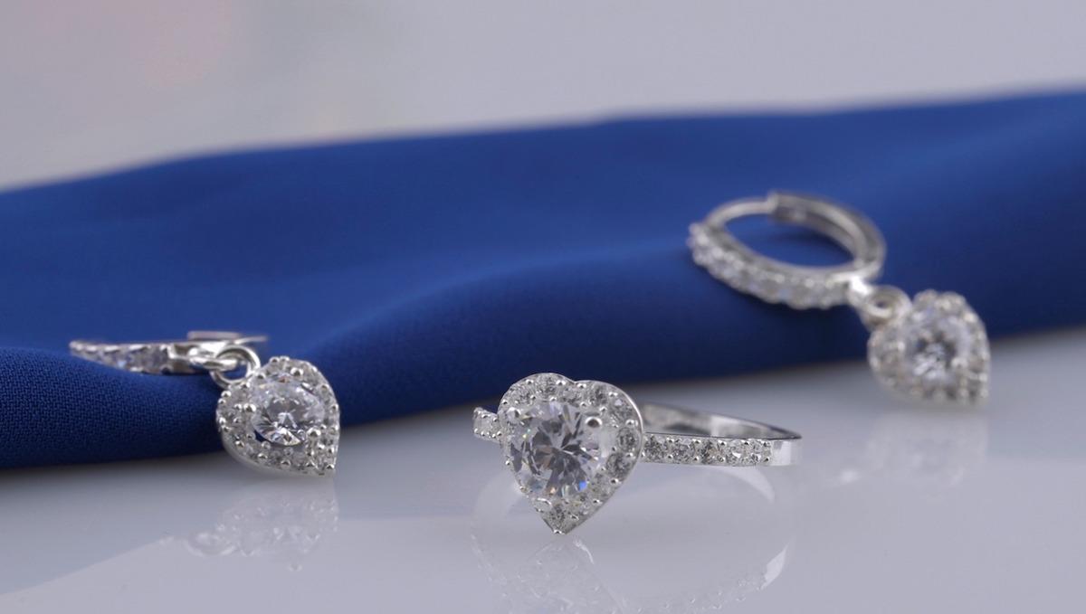 Nhẫn bạc kết hợp hoa tai bạc T05 có giá chỉ 330.000 đồng. Thiết kế hình trái tim nữ tính, bạn có thể phối nhẫn và bông tai cùng một kiểu dây chuyền bạc đính đá trắng khác hoặc phối cùng lắc tay... đều được.