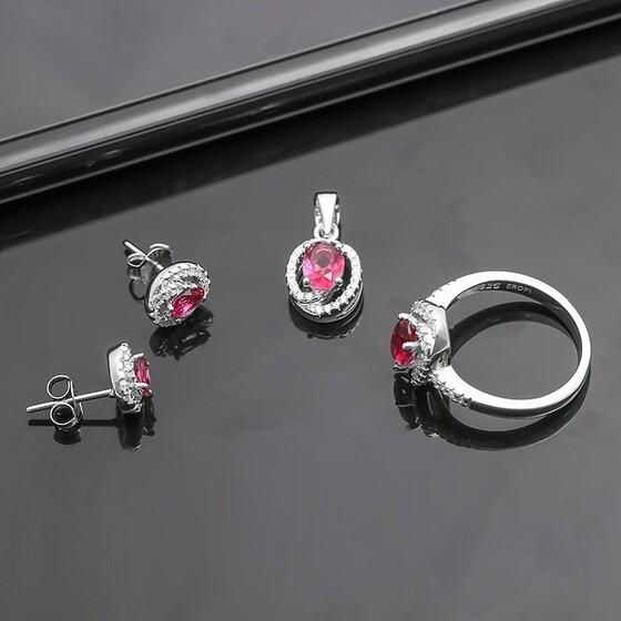 Bộ trang sức bạc Mark Pink gồm ba món làm từ chất liệu bạc 925: mặt dây chuyền, nhẫn và bông tai. Vòng tròn nạm đá CZ màu trắng được thiết kế bao bọc phía ngoài, bên trong là viên đá màu hồng ngọc nổi bật. Bộ sản phẩm có giá giảm 33% còn 550.000 đồng.