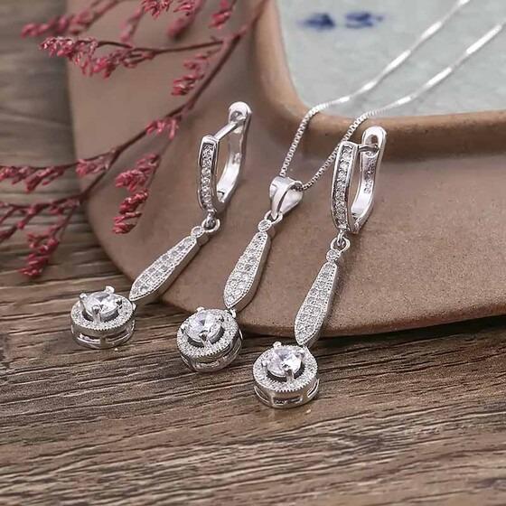 Bộ trang sức bạc Calliope Like làm từ chất liệu bạc Italy 925, mạ bạch kim. Bộ sản phẩm gồm một dây chuyền kèm mặt và bông tai, có thiết kế giống nhau tạo sự đồng bộ, đính đá sang trọng. Bộ trang sức có giá 799.000 đồng, giảm 44%.