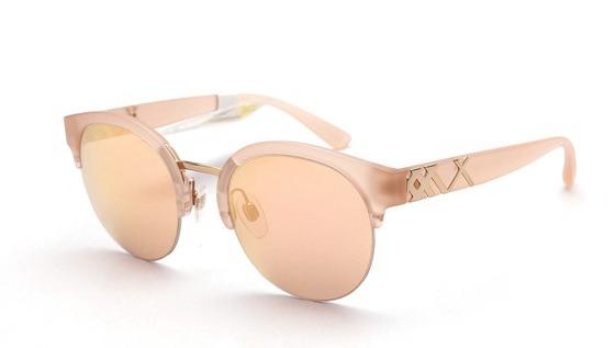 Nổi bật với tông màu nude pha hồng nữ tính, mắt kính Burberry B4241-3642-7J sẽ là lựa chọn lý tưởng với những nàng theo phong cách nhẹ nhàng, thanh lịch. Dáng gọng tròn, hợp với người có gương mặt nhỏ hoặc hơi góc cạnh. Sản phẩm có giá 3,465 triệu đồng.