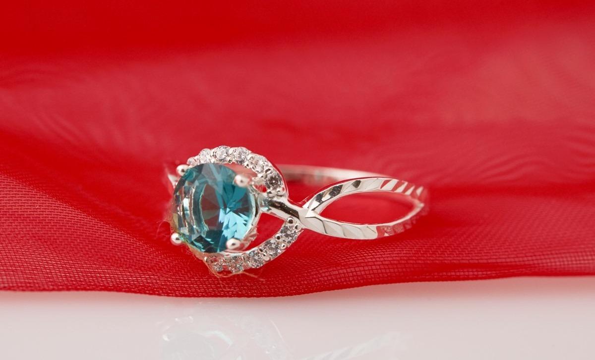 Ở cùng mức giá 330.000 đồng, nhẫn bạc đính đá Ross Opal RT5-09 màu xanh có thiết kế thanh mảnh hơn, hợp với các chị em thích sự nữ tính, nhẹ nhàng nhưng vẫn thanh lịch. Viên đá xanh tròn ở giữa tạo điểm nhấn, điểm xuyết thêm hai dãy đá trắng nhỏ.