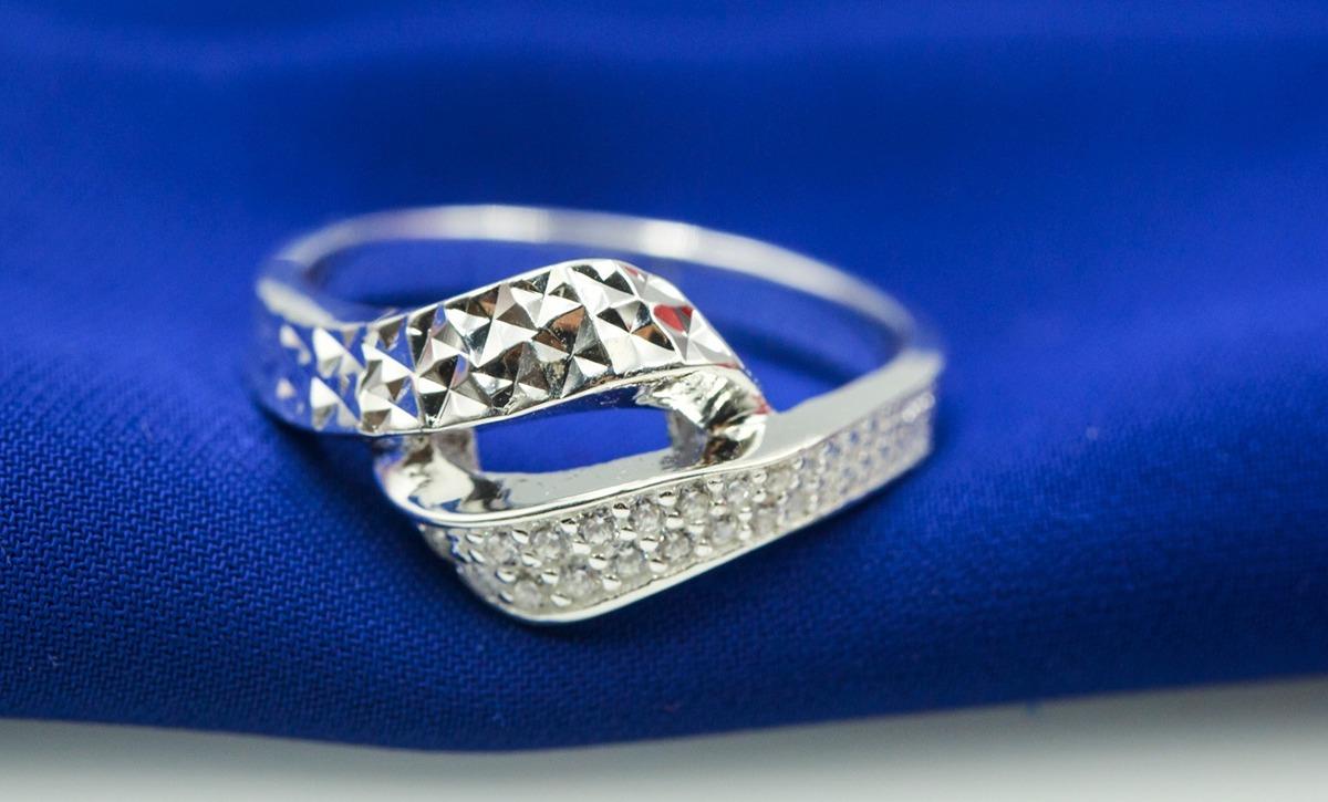 Nhẫn bạc Opal V19 có thiết kế lạ mắt với mặt nhẫn là hai đường bạc xoắn gắn vào nhau, kết hợp cùng viên đá tấm nạm trên dải bạc. Đường bạc còn lại được gia công tỉ mỉ tạo sự tương phản. Nhẫn có giá 330.000 đồng, giảm 40% so với giá gốc.